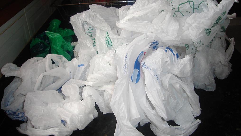 Resultado de imagem para sacolas de plastico